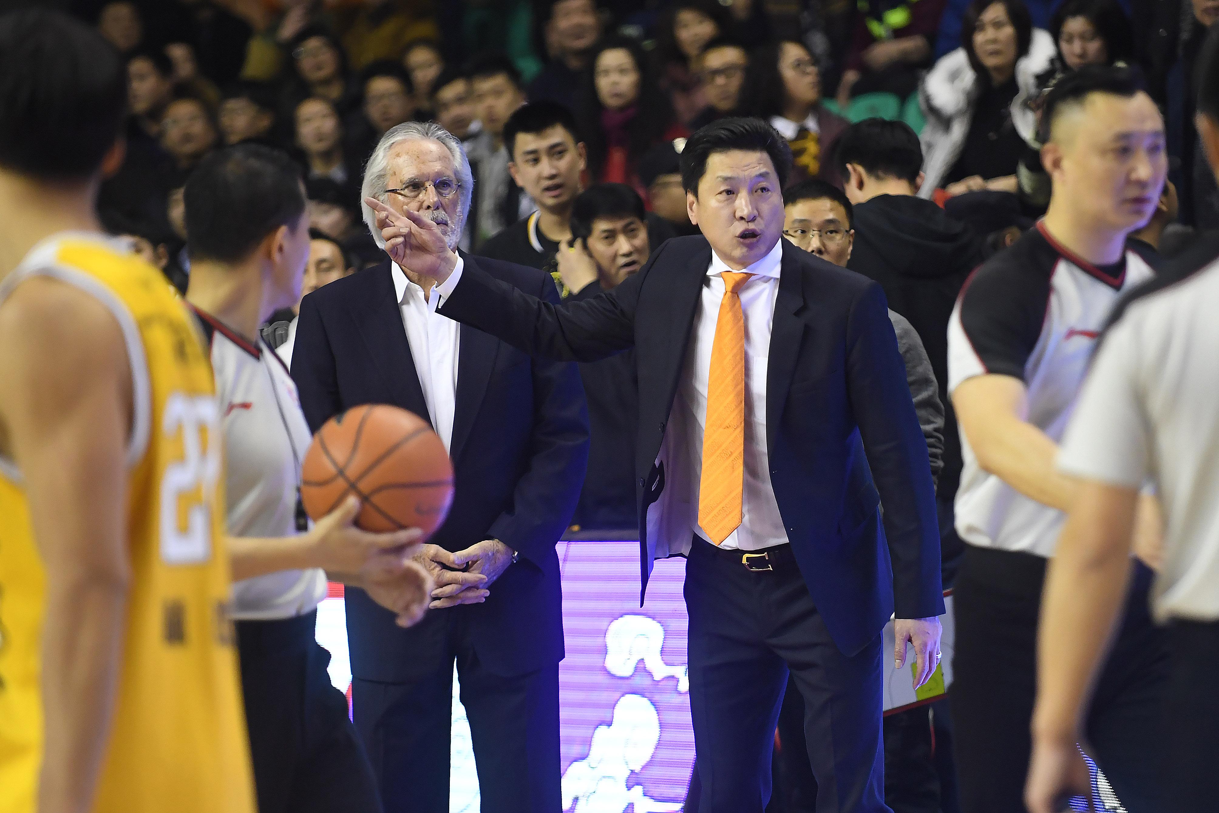 图为浙江广厦队主教练李春江。