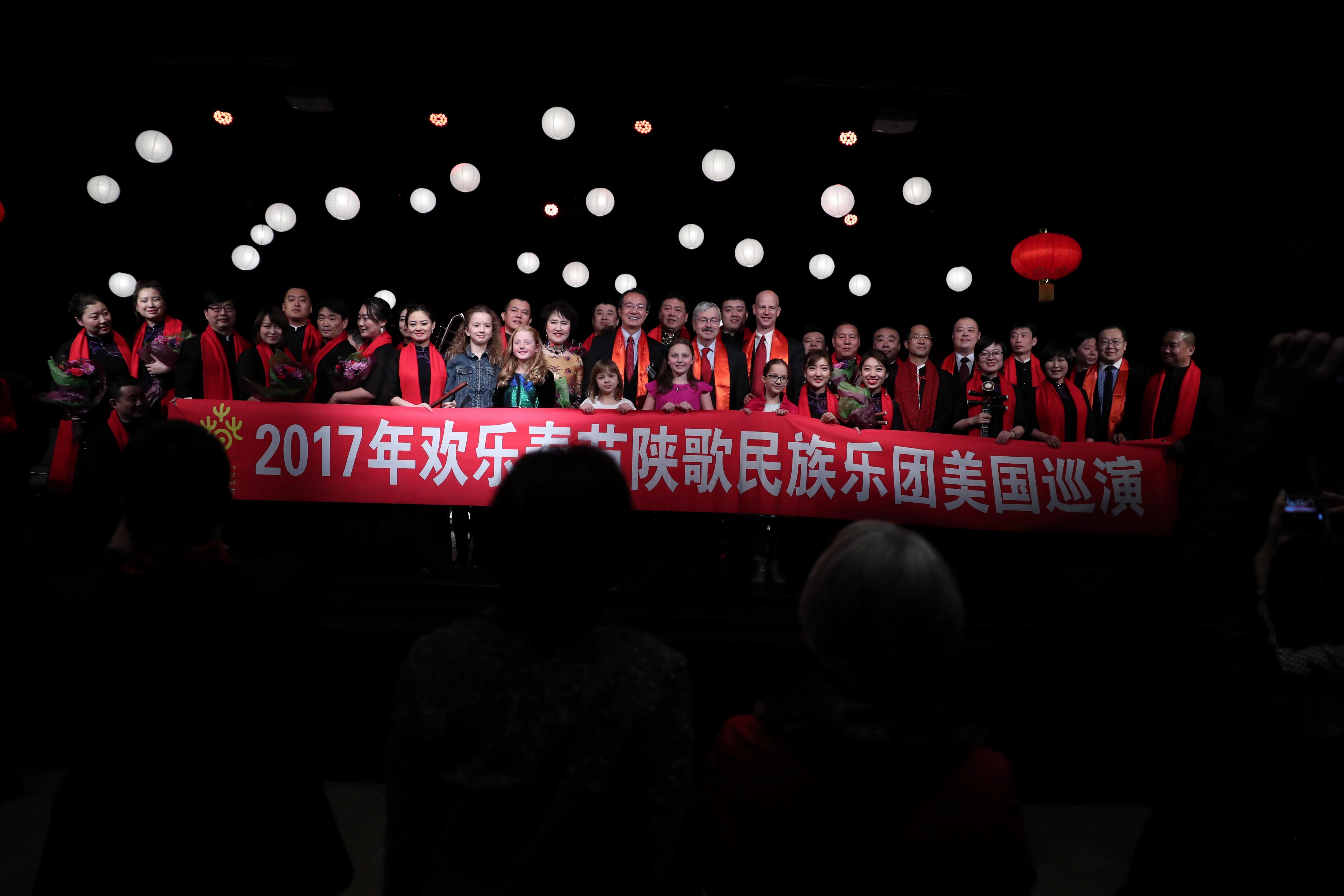 2月1日,马斯卡廷市,欢乐春节音乐会结束后组织方和表演人员集体合影。;;(新华社记者汪平摄;)