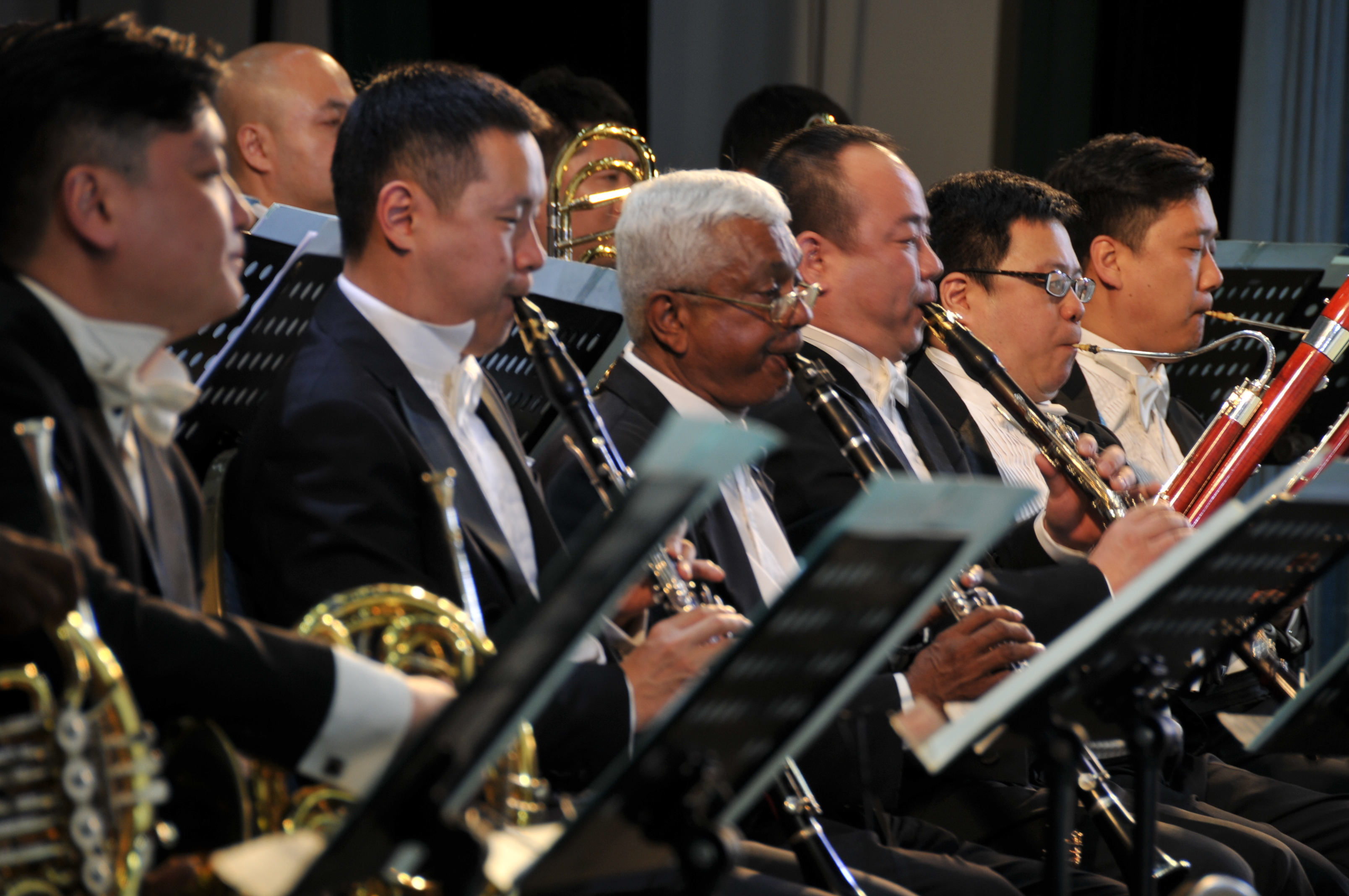 2月6日,科伦坡,两国交响乐团共同演奏世界名曲《新世界交响曲》。;(;新华社记者黄海敏摄;)
