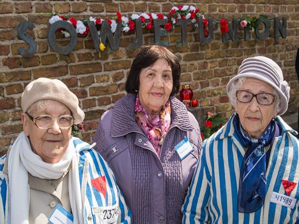 2015年4月19日,在拉文斯布吕克集中营旧址,三名幸存者出席纪念活动。(新华社/欧新中文)