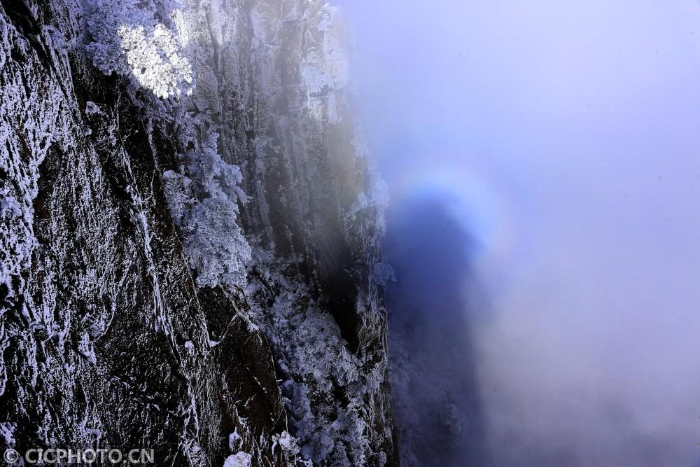 """↑2月9日,雪后的安徽黄山风景区出现""""佛光""""景观。CICPHOTO/施广德 摄"""