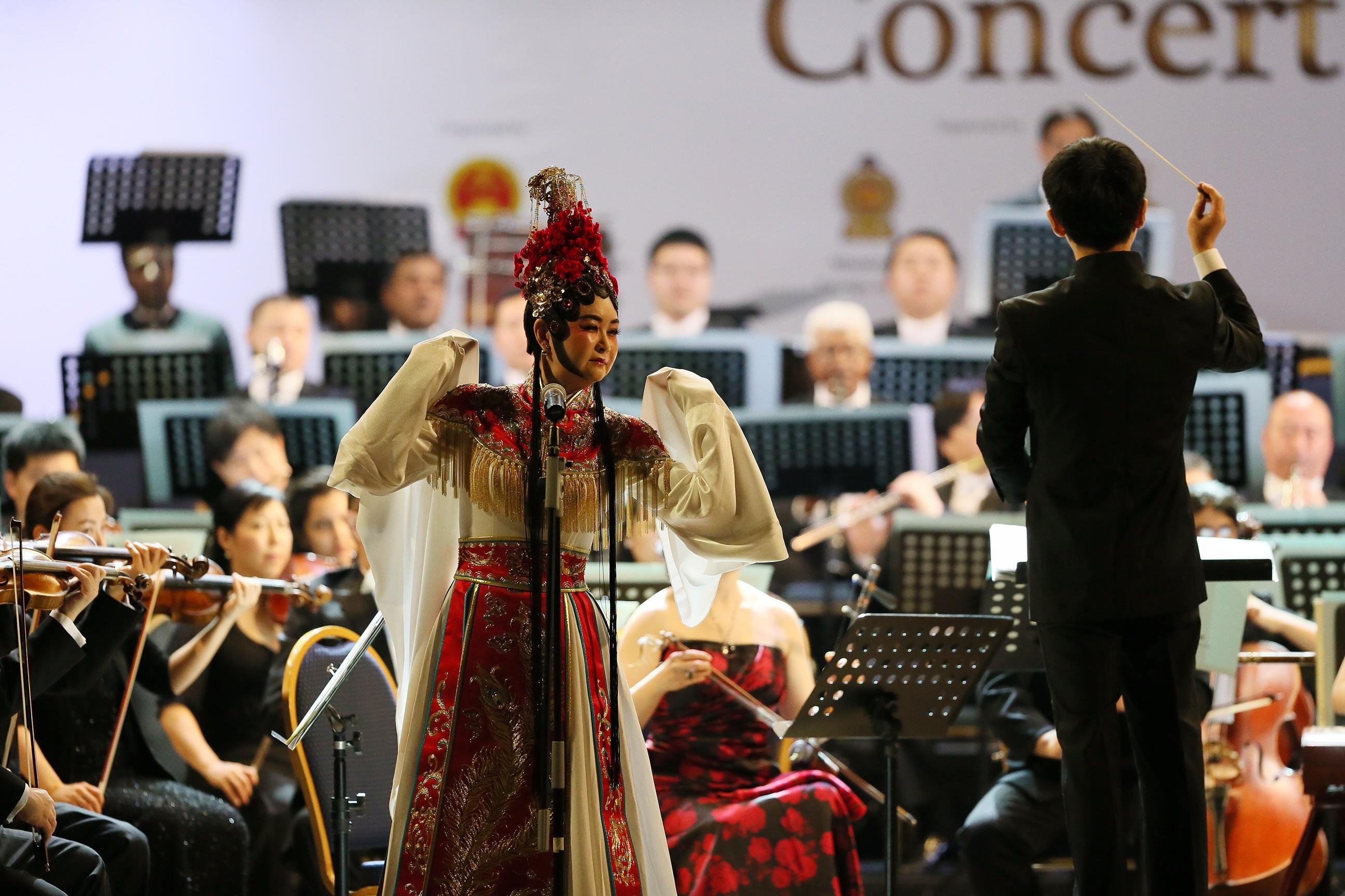 2月6日,科伦坡,两国交响乐团共同演奏中国交响幻想曲《霸王别姬》。(;新华社记者黄海敏摄;)