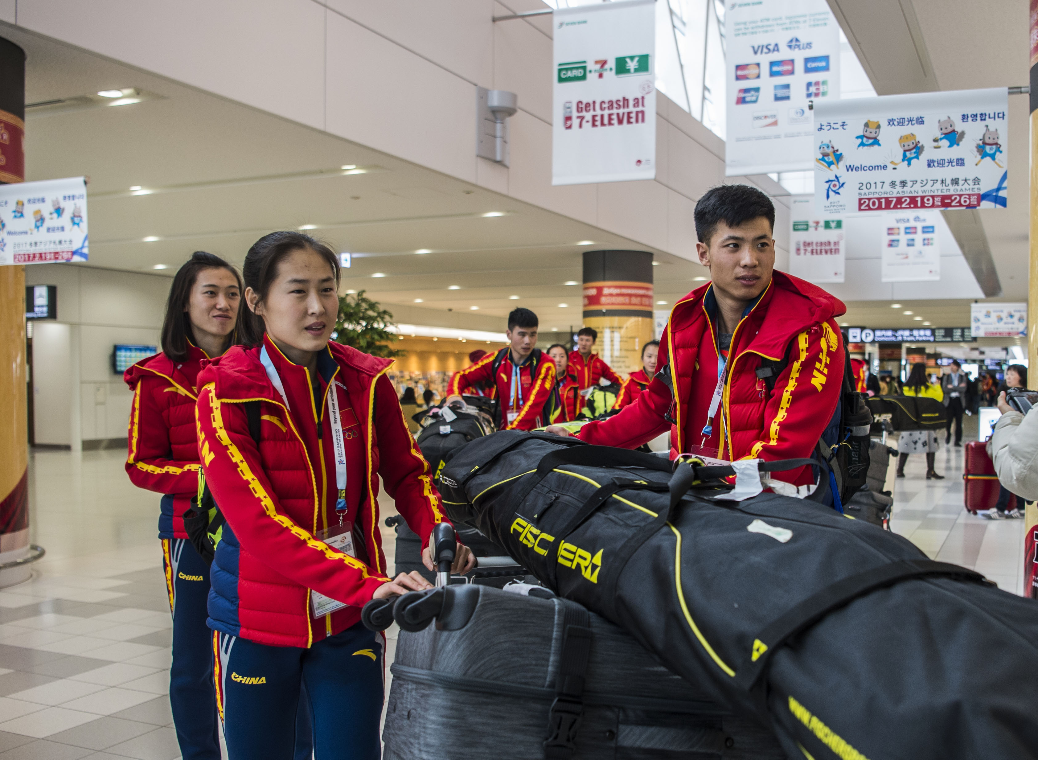图为中国代表团越野滑雪队队员马清华(前左)、魏蒙(前右)等抵达新千岁机场。 新华社记者江文耀摄