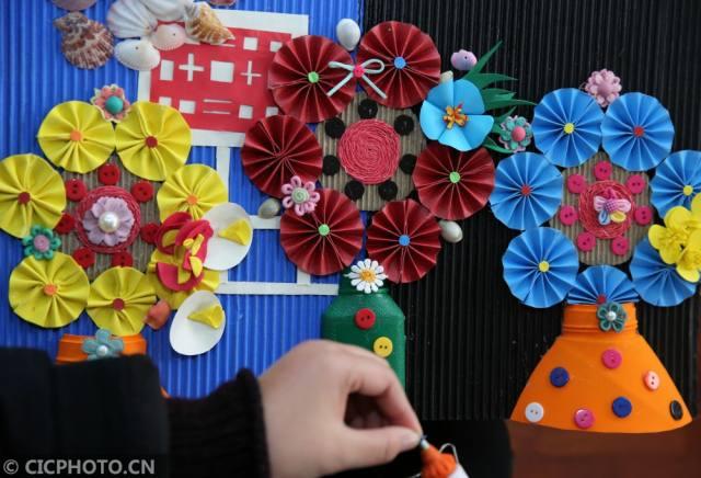2月23日,参赛职工在利用废旧物品制作环保手工作品.