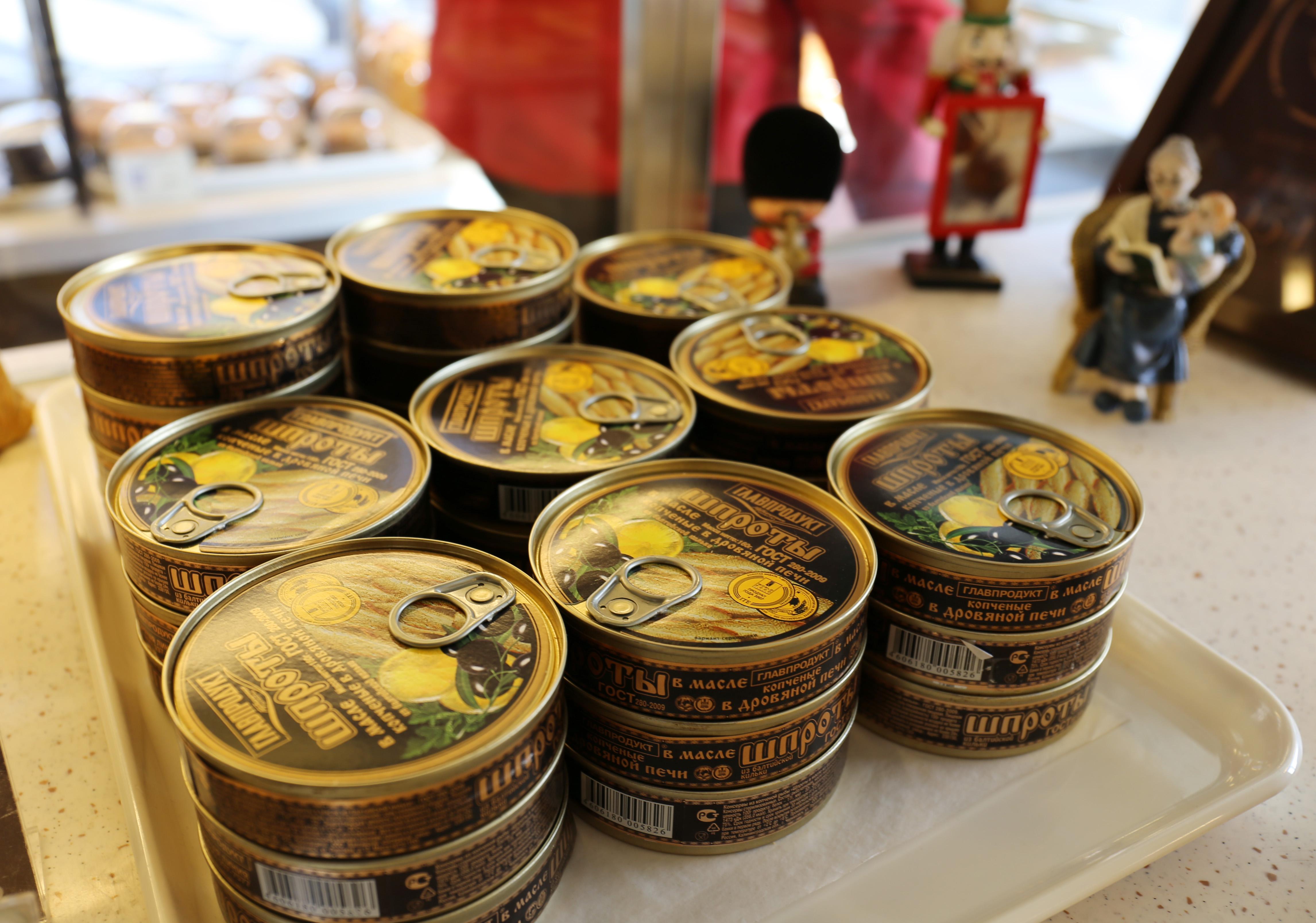 """图为北京展览馆附近""""维塔斯""""面包坊内陈设的俄罗斯鹅肝酱。(新华社记者耿锐斌摄)"""