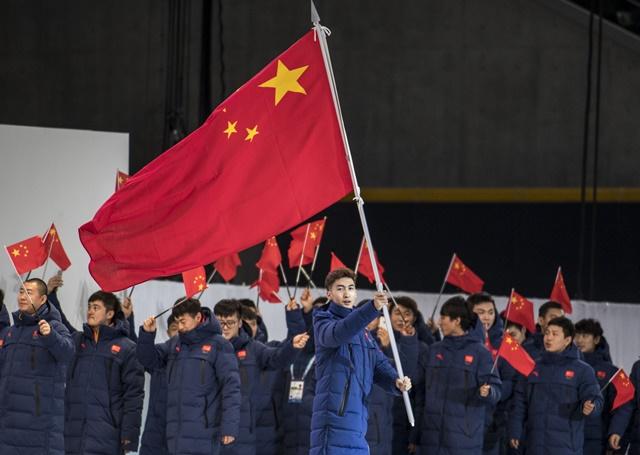 中国体育代表团旗手武大靖手持国旗在开幕式上入场。新华社记者江文耀摄