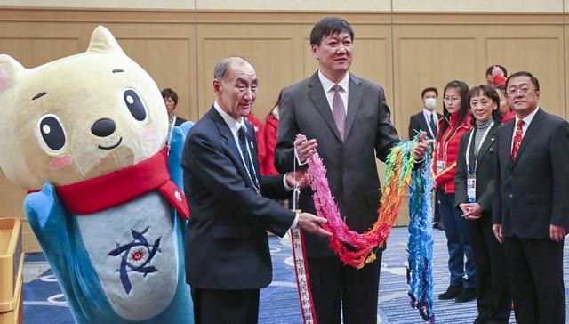 第八届亚冬会组委会代表向中国代表团团长、国家体育总局副局长高志丹赠送礼物。 新华社记者杨世尧摄