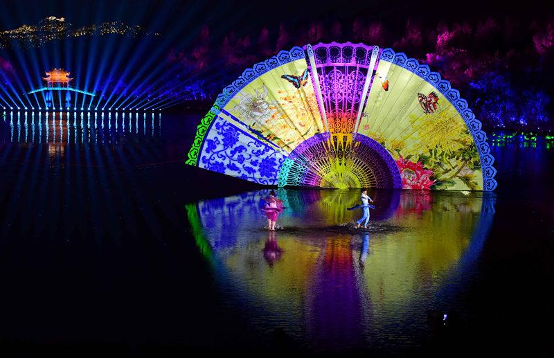 2016年9月4日,演员在杭州举行的G20峰会文艺演出《最忆是杭州》上表演。新华社记者 张铎 摄