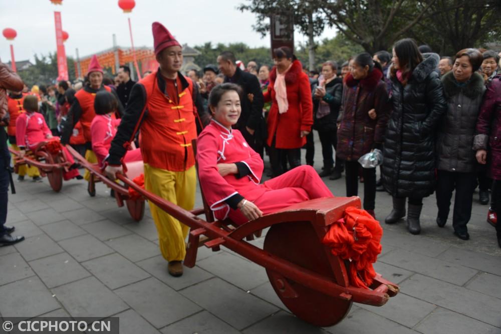 ↑2月8日,德阳市旌阳区孝泉镇农民群众在观看传统民俗游演活动。