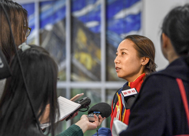 图为李琰在日本新千岁机场接受采访。 新华社记者江文耀摄