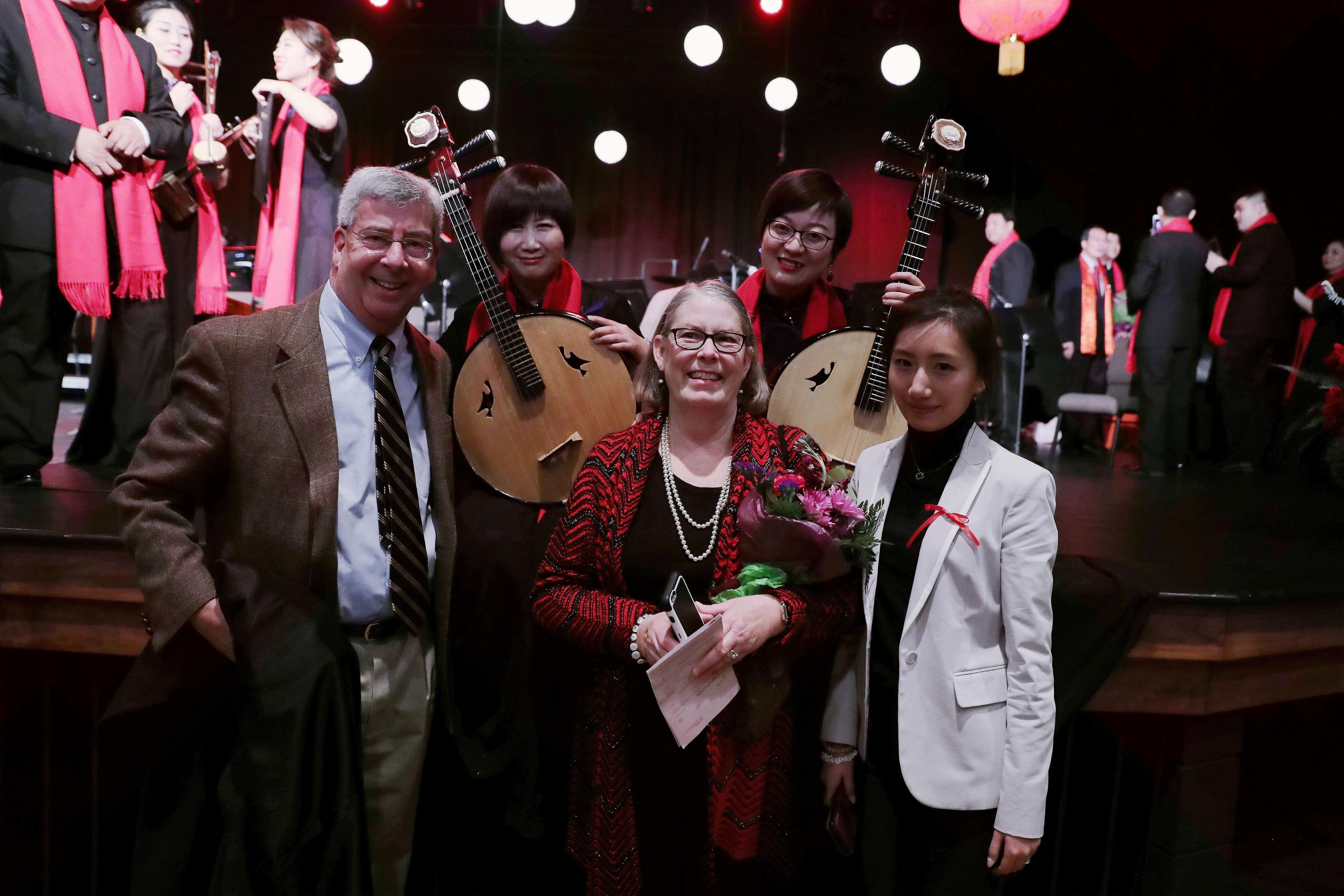 2月1日,马斯卡廷市,音乐会结束后当地观众与中国音乐家合影。;(新华社记者汪平摄;)