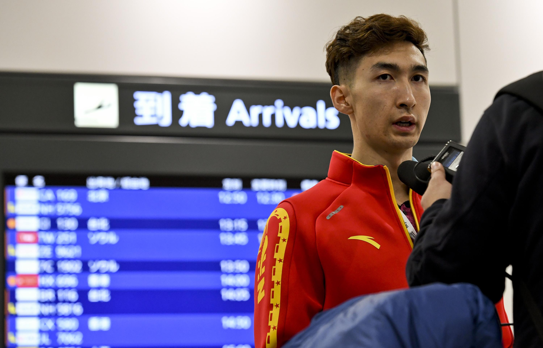 图为武大靖在日本新千岁机场接受采访。新华社记者夏一方摄