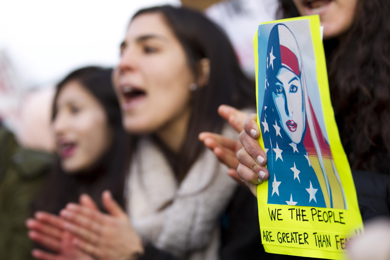 美国民众在白宫前集会抗议特朗普移民新政