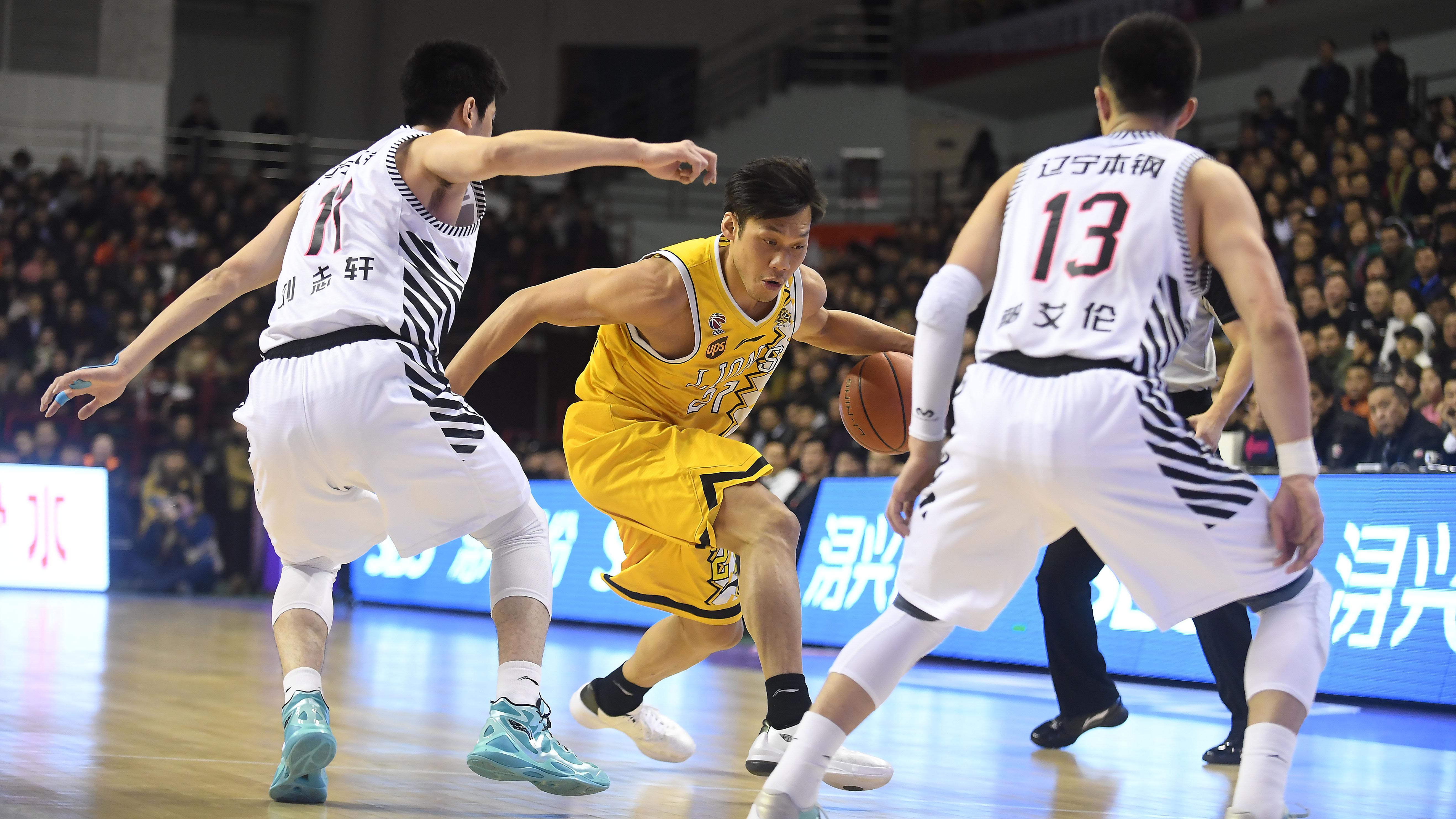 图为2月17日,浙江广厦队球员林志杰(中)在对阵辽宁队的比赛中带球突破。