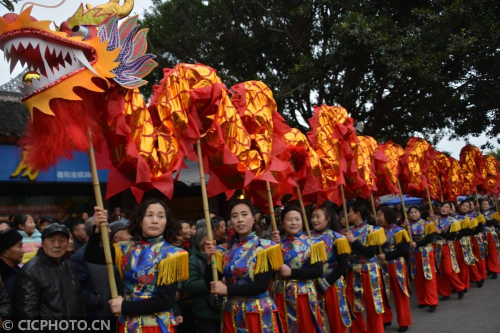 2月8日,德阳市旌阳区孝泉镇农民群众在进行舞龙灯传统民俗游演活动。