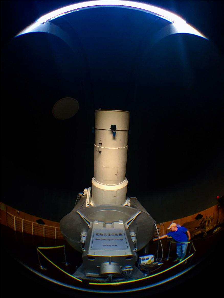 2016年9月7日,紫金山天文台盱眙观测站的科研人员在观测前检查近地天体望远镜运行状态。新华社记者李响摄