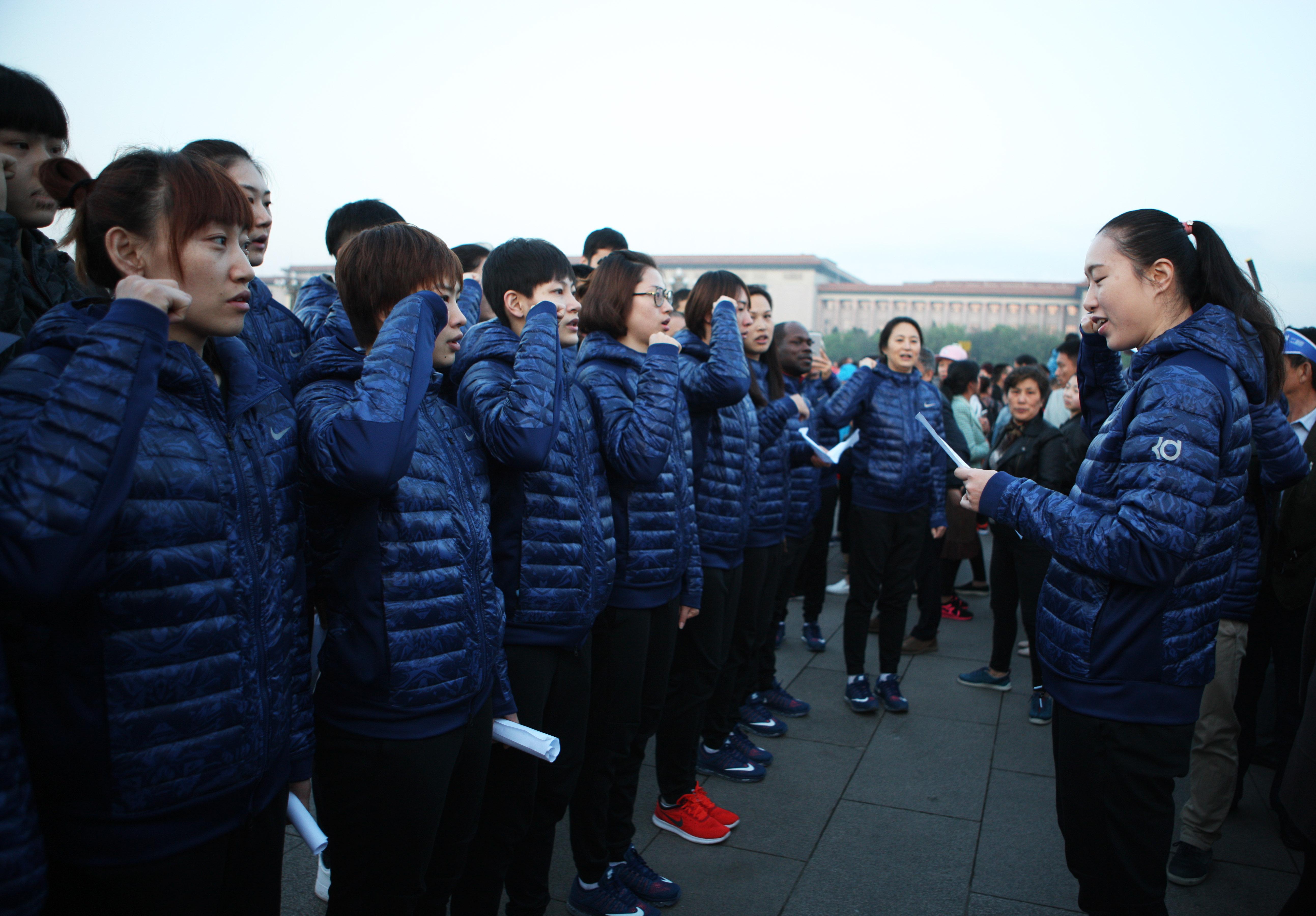 观看_中国女篮国家队观看升旗仪式 宣读入队誓词