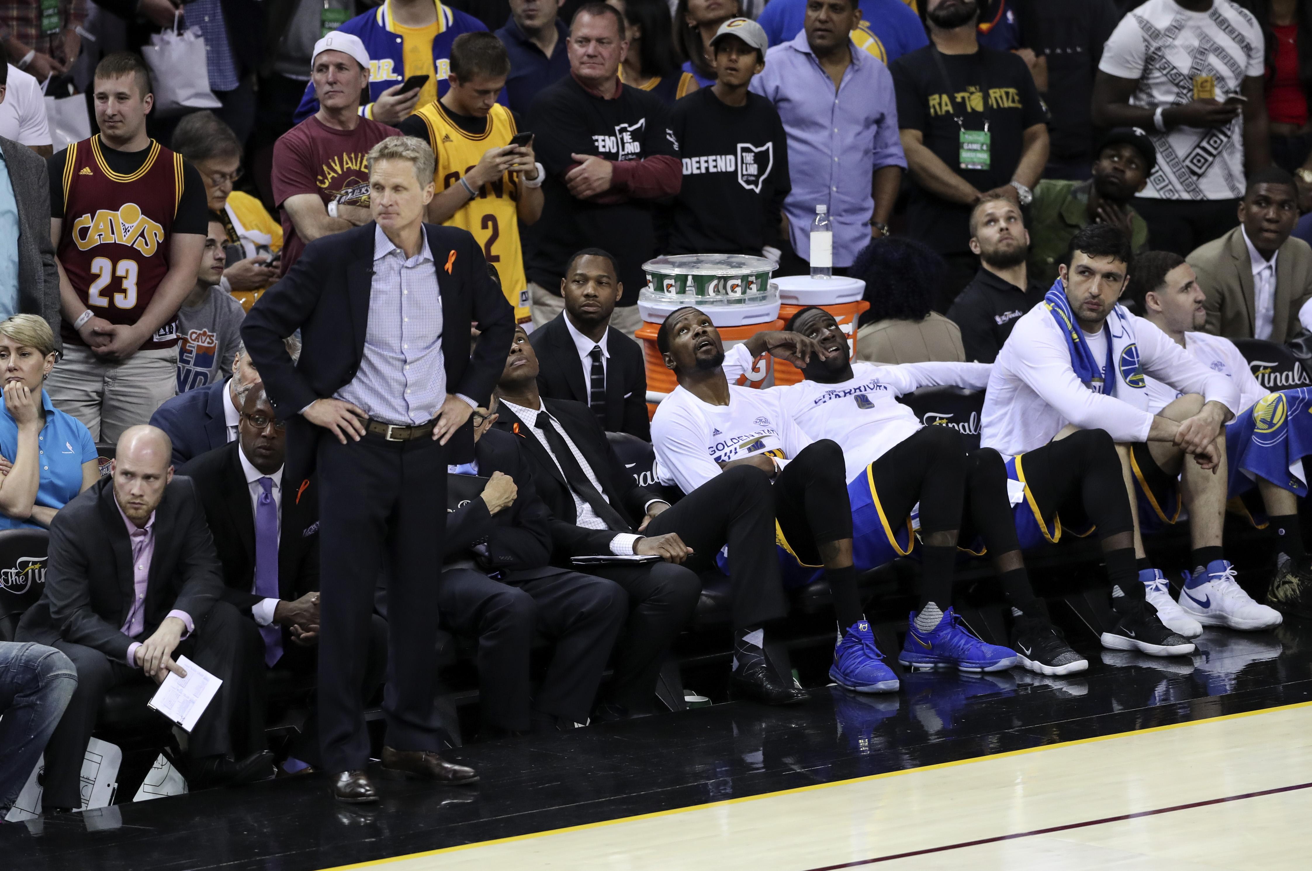 6月9日,在2016-2017赛季NBA总决赛第四场比赛中,克利夫兰骑士队主场以137比116战胜金州勇士队,从而以1比3的总比分暂时落后。 6月9日,骑士队球员詹姆斯(右)在比赛中投篮。新华社记者王迎摄6月9日, 骑士队球员德隆威廉姆斯(左)在勇士队球员肖恩利文斯顿的防守下上篮。新华社记者王迎摄6月9日,骑士队球员詹姆斯(右)在比赛中突破勇士队球员韦斯特的防守。新华社记者王迎摄6月9日,勇士队球员杜兰特(左)在比赛中带球突破。新华社记者王迎摄6月9日,勇士队球员库里在比赛中投篮。新华社记者王迎摄6月9