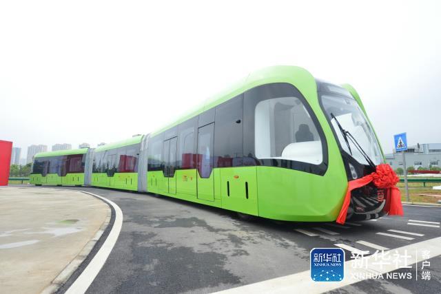 这款名为智能轨道快运系统(ART)列车的创新型城市轨道交通产品,系中车株洲所自主研制,于本月早些时候被正式发布。这是全球首列采用虚拟轨道跟随控制技术的列车,标志着世界智能轨道交通取得了新突破。 这个融合了现代有轨电车和公共汽车各自优势的跨界城市轨道交通工具,没有实体的轨道。它通过车载各类传感器识别路面虚拟轨道线路,将运行信息传送至列车中央控制单元,根据后者的指令,在保证列车实现牵引、制动、转向等正常动作的同时,能够精准控制列车行驶在既定虚拟轨迹上,实现智能运行。 这款智轨列车最高时速为70公里,