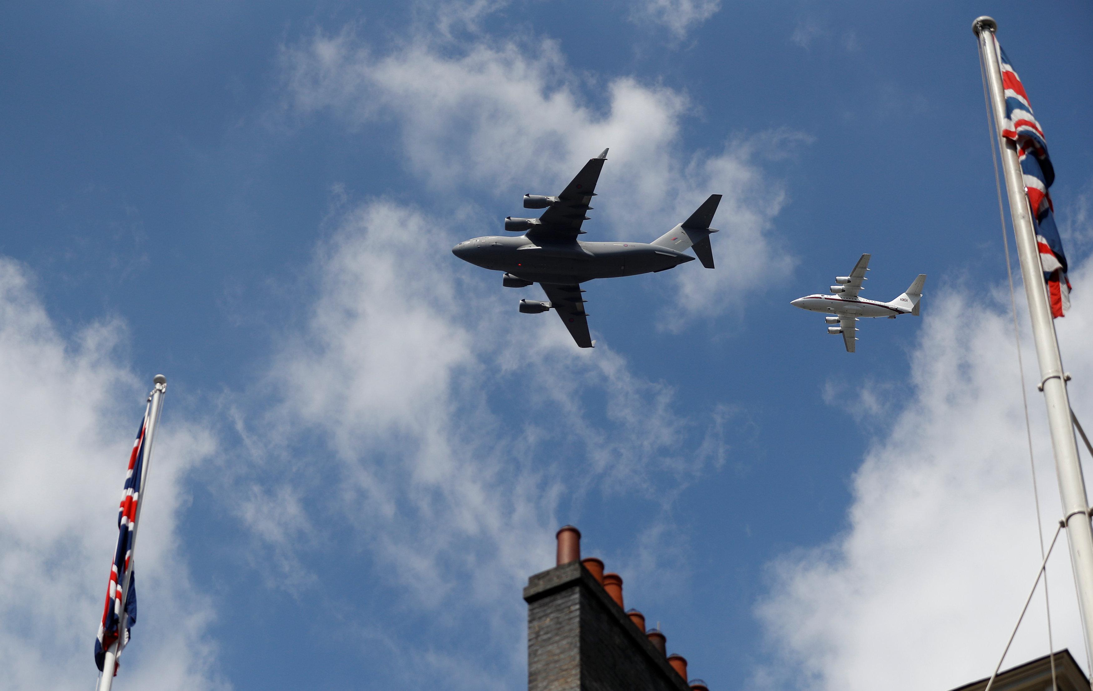 6月17日,在英国伦敦,英国空军飞机在皇家阅兵式上亮相。(新华社/路透) 新华社伦敦6月21日电(记者张家伟)随着英国女王伊丽莎白二世21日宣读新政府未来施政与立法计划,英国参与全球太空产业竞争的规划更加明晰,未来将大力推动本土航天发射设施的建设。 计划显示,英国政府将推动新立法,扫除政策障碍,吸引更多投资进入英国的商业航天发射业,改变长久以来英国本土没有航天发射作业的情况。其中一个重要措施是在英国本土建设航天港。英国目前在全球航天产业中的份额为6.