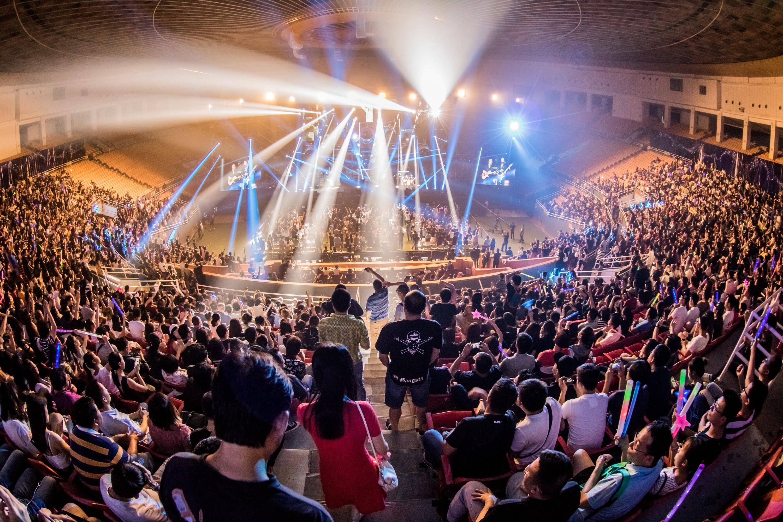 9月2日,观众在演唱会现场观看黑豹乐队演出.