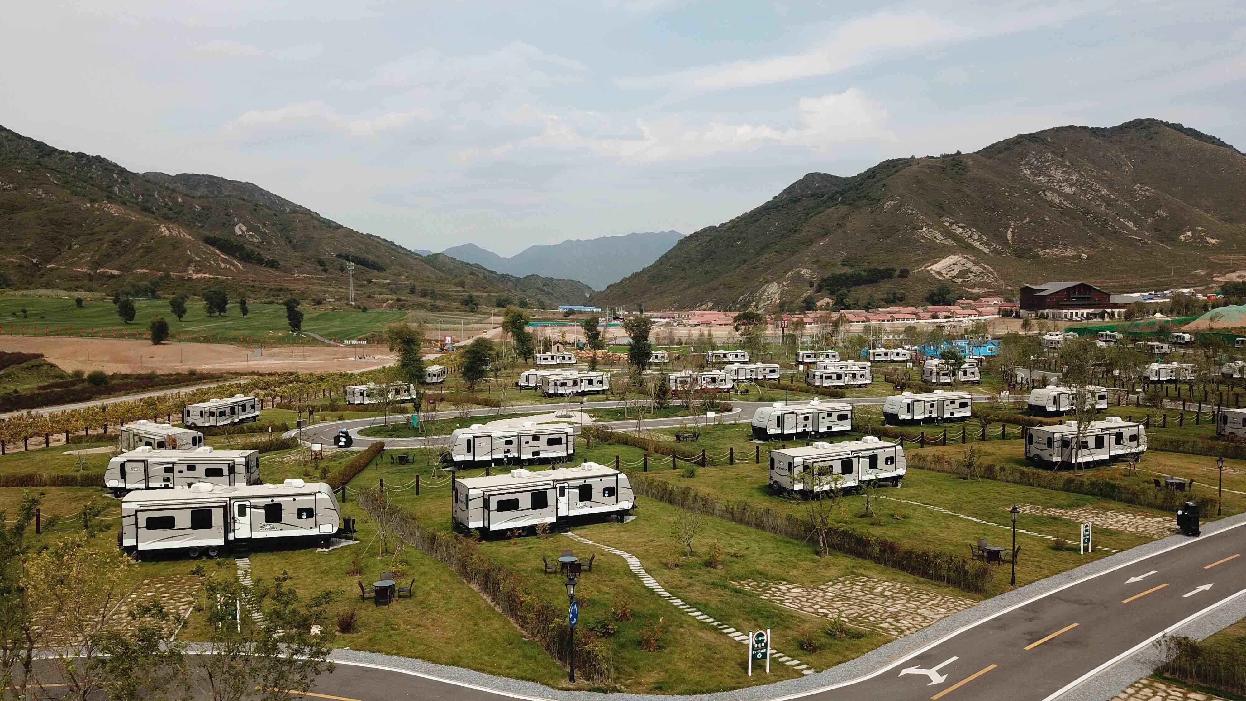 9月21日,体验者张慧玥(右)和刘洋在一辆房车内休息。; ; 位于北京延庆的海坨山谷RV-Park房车营地,由100辆房车和100个围绕房车的小花园构成,是亚洲最大的房车公园之一。近年来,随着出游方式的多元化发展,作为新兴度假方式的房车旅游越来越受到人们的青睐。; ; 新华社记者王建华摄影报道俯瞰海坨山谷中的房车营地(9月21日摄)。海坨山谷中的房车营地(9月21日摄)。俯瞰海坨山谷中的房车营地(9月21日摄)。9月21日,游客在房车营地骑行。