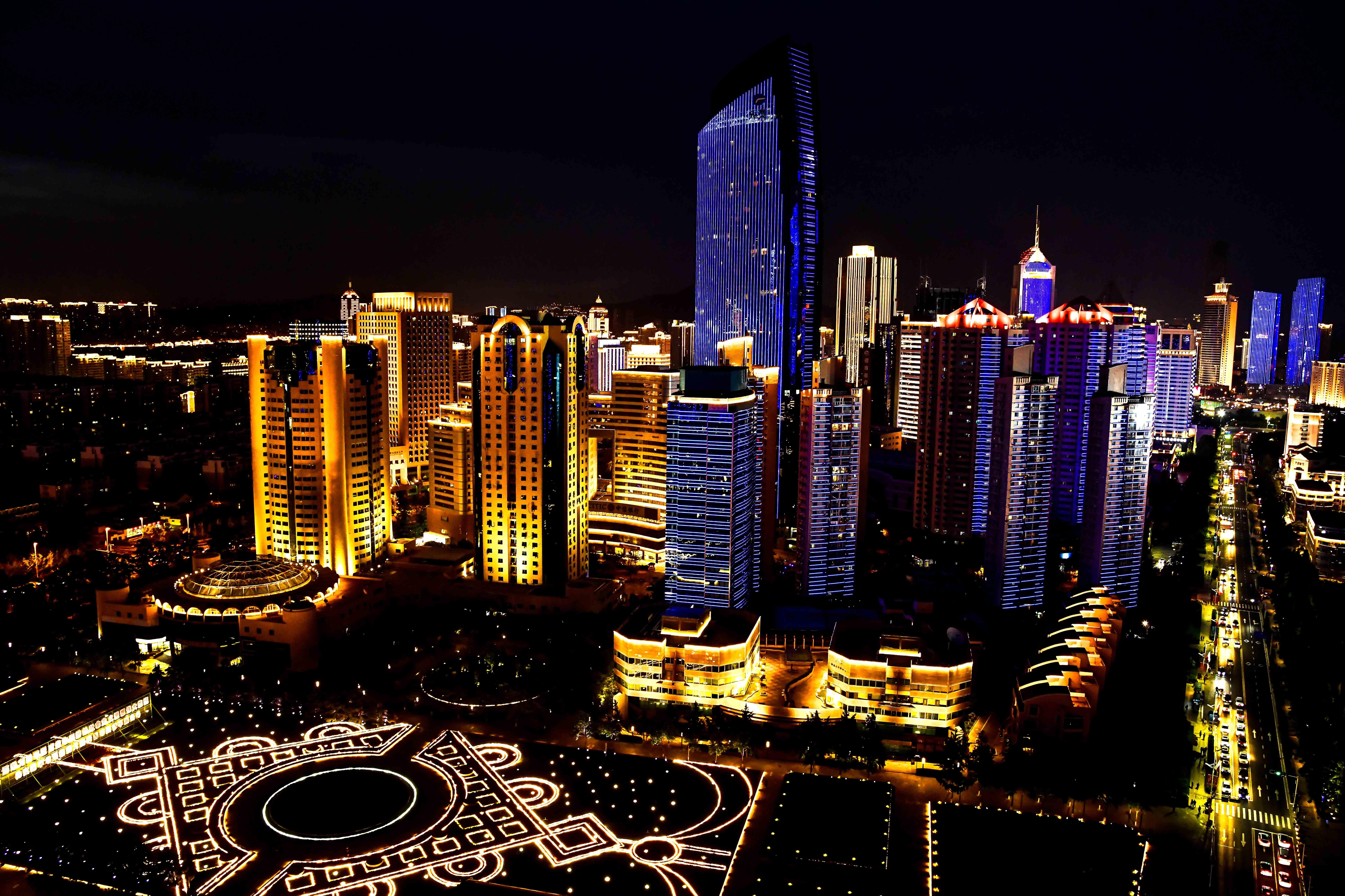 上海合作组织青岛峰会将于6月9日在青岛开幕。夜幕下的青岛灯光璀璨,以其迷人的夜色,迎接八方宾客。  ↑一名游客手中的气球倒映出青岛五四广场的夜景(6月1日摄)。 新华社记者金良快摄  ↑这是在青岛奥帆中心附近拍摄的夜景(6月4日摄)。新华社记者刘军喜摄  ↑这是青岛五四广场夜景(6月4日摄)。新华社记者马宁摄  ↑这是在青岛五四广场附近拍摄的夜景(6月2日摄)。新华社记者 郭绪雷 摄  ↑这是青岛浮山湾夜景(6月2日摄)。 来源:新华社