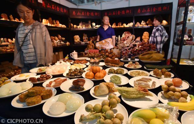 """中国玉石雕精品博览会上,由寿山石雕刻艺术家们创作的端午""""石头宴"""""""