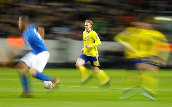 俄罗斯世界杯       11月10日,瑞典队球员福斯贝里(中)在比赛中进攻.