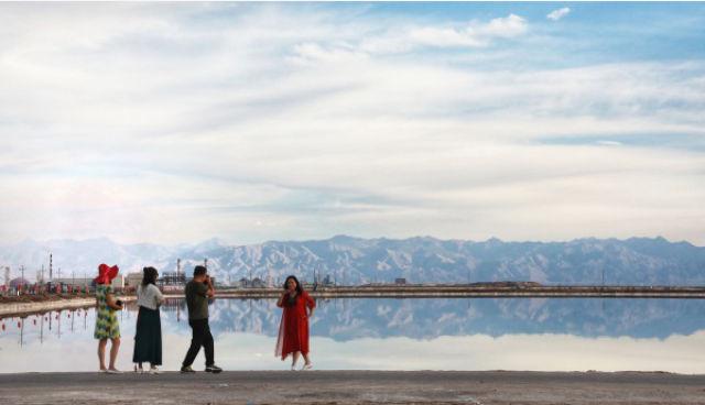 例如,茶卡鹽湖景區從今年7月15日起,每日限流5萬人次,并開通網絡門票