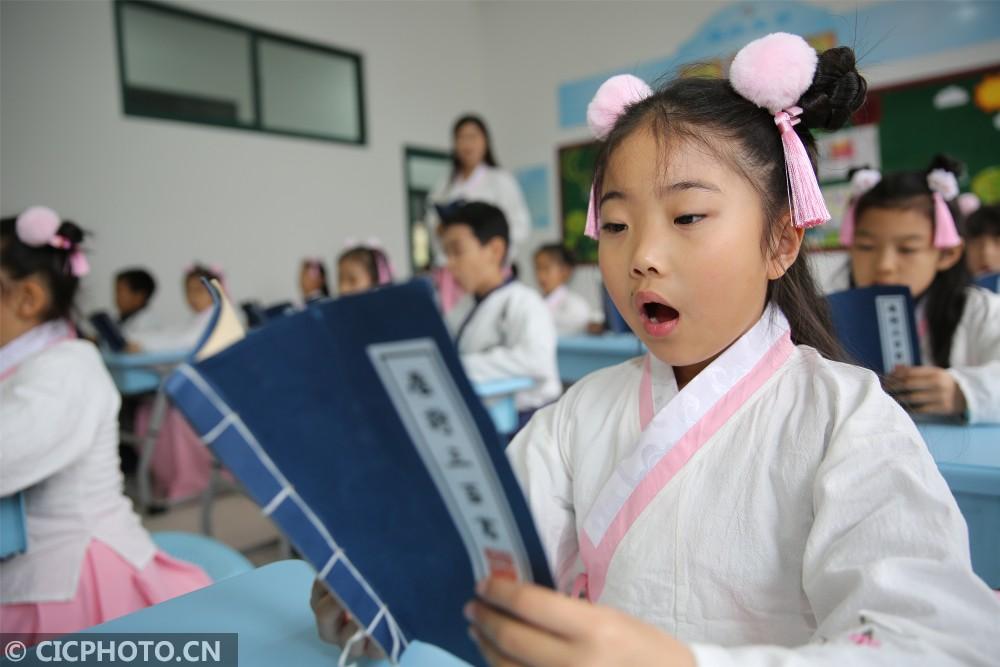 青岛西海岸新区香江路第一小学的同学们在老师的带领下诵读国学经典.图片