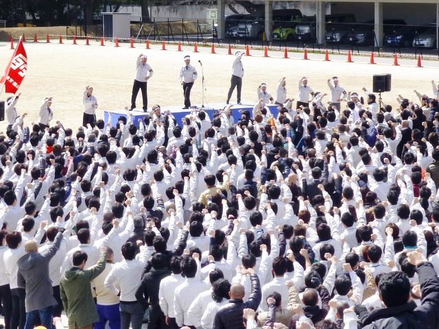 """3月7日,丰田汽车东京总部,丰田工会举行""""春斗""""动员集会。(新华/路透)"""