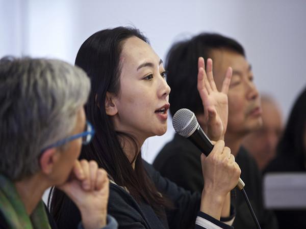 3月27日,中国青年导演刘雨霖(中)在意大利贝加莫大学与学生交流。(新华社记者金宇摄)