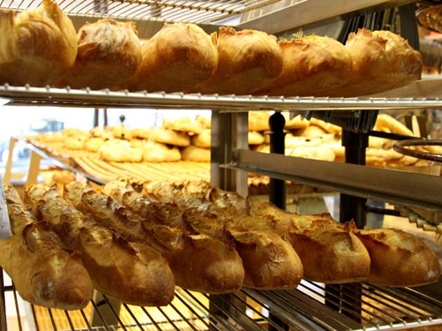 """16日,""""巴黎榖仓""""面包店里的招牌法棍。(新华社记者张曼摄)"""