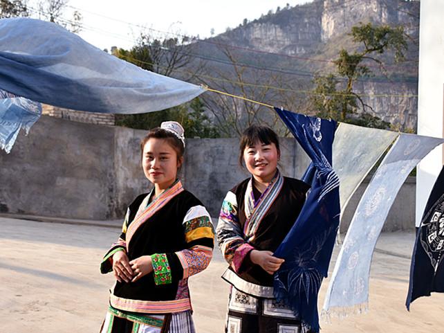 蔡群和表妹一起晒蜡染织品。 新华社记者向定杰摄2月21日摄