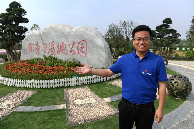 4月20日,北京排水集团南宁公司总经理高怀波讲述向习近平总书记介绍那考河治理及公园建设时的情景。新华社记者 周华 摄