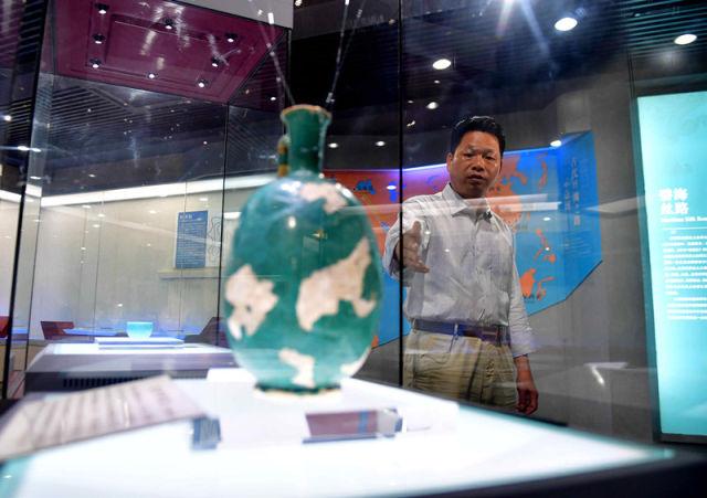 4月20日,广西北海市合浦汉代文化博物馆馆长廉世明对记者讲述向习近平总书记汇报的情景。 新华社记者 黄孝邦 摄