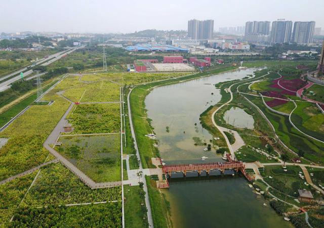 4月20日记者航拍的南宁那考河湿地公园。新华社记者 周华 摄