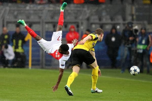 摩纳哥队球员勒马尔(左)和多特蒙德队球员金特尔在比赛中拼抢。新华社发(约阿希姆·毕瓦勒兹摄)