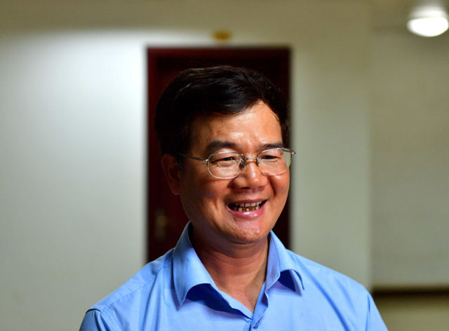 4月19日,北部湾港股份有限公司总经理陈斯禄对记者讲述习近平总书记到港口看望工人的情景。新华社记者 黄孝邦 摄