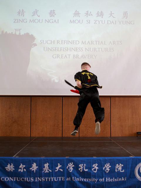 4月21日,赫尔辛基,付杰明在比赛中表演武术《天地十方拳》(新华社记者张璇摄)
