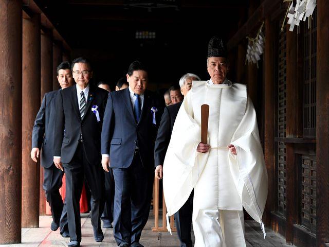4月21日,日本国会议员团参拜供奉二战日本甲级战犯的东京靖国神社。(新华/法新)