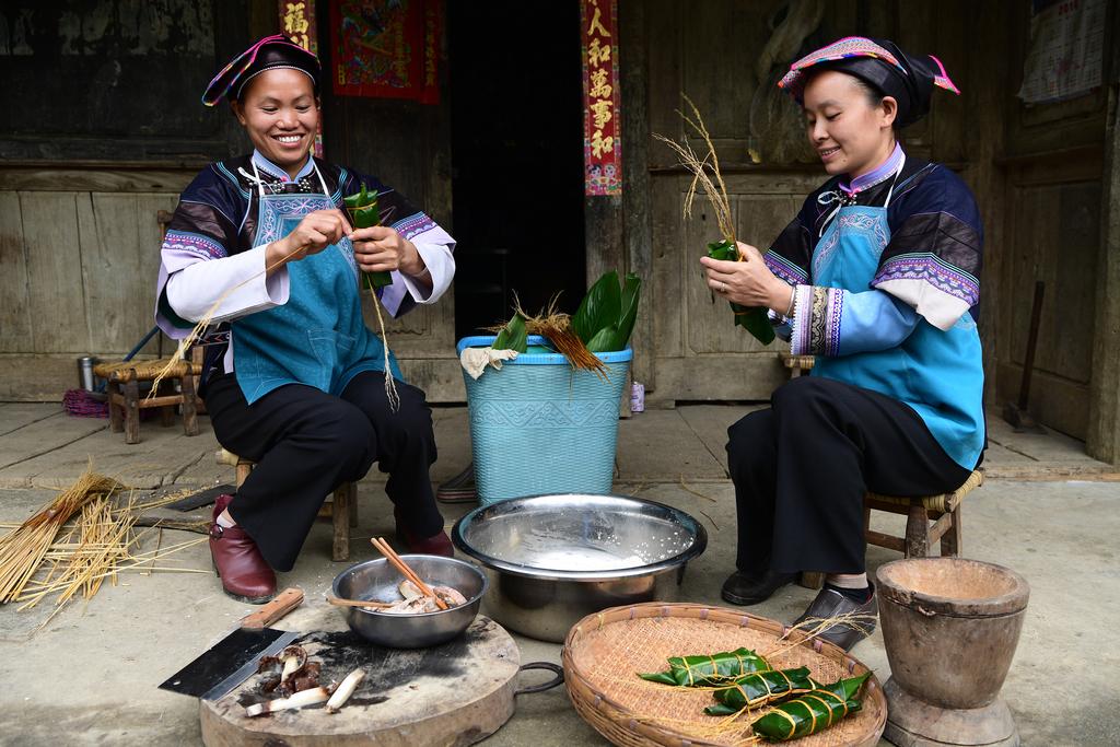 图为云南省罗平县鲁布革乡腊者村的布依族妇女在包粽子。新华社发(毛虹摄)