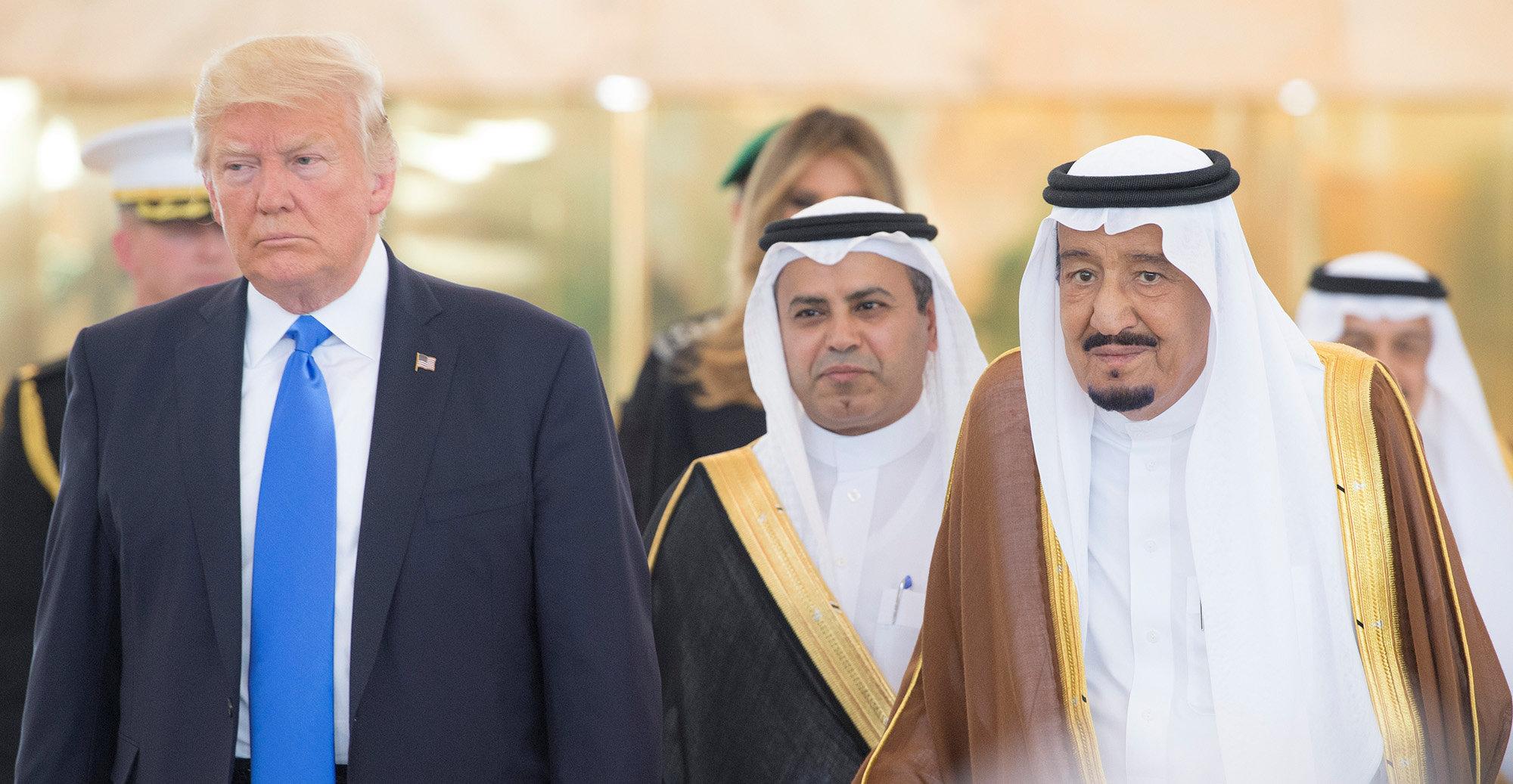 5月20日,在沙特阿拉伯首都利雅得,沙特国王萨勒曼(右)欢迎到访的美国总统特朗普(左)。 (新华社/路透)