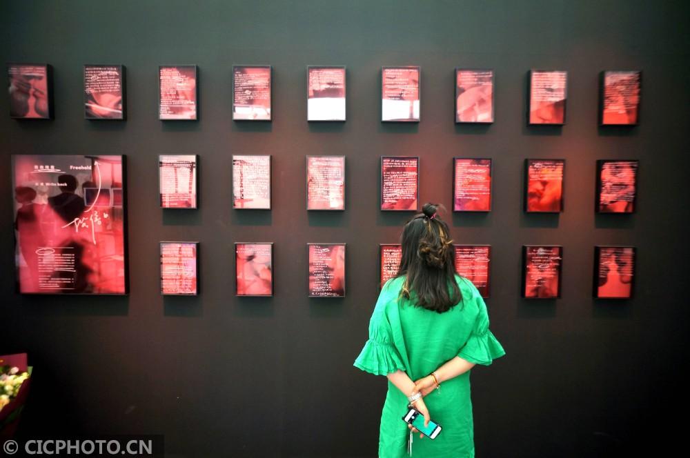 ↑6月2日,观众在中央美院博物馆观看毕业展览。CICPHOTO/樊甲山 摄
