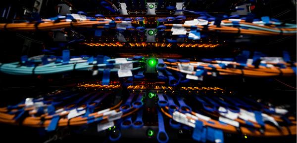 """这是""""神威太湖之光""""超级计算机的交换机网线。新华社李响摄"""
