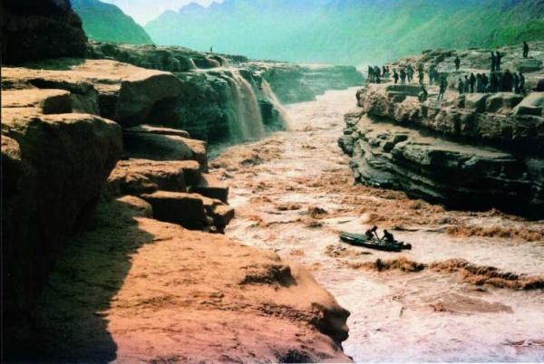 △图为1987年朱磊在壶口漂流照片
