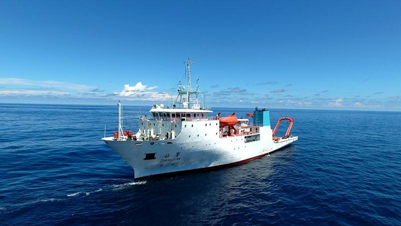 """2016年8月25日, """"张謇""""号科考船停泊在新不列颠海沟作业,采集深渊科研样品和数据。 新华社记者张建松摄"""