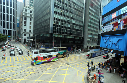 一辆叮叮车行驶在香港中环金融区的街道上(5月30日摄)。新华社记者李鹏摄