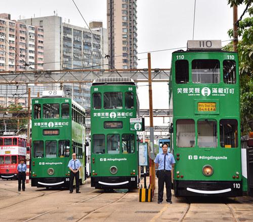 """5月26日,""""叮叮车""""车长站在重新装饰过的电车旁迎接媒体。王玺摄"""